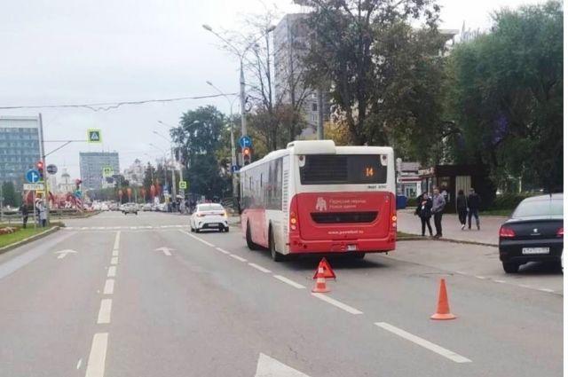 В салоне автобуса упал 55-летний мужчина. Он получил травмы, ему назначили амбулаторное лечение.