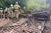 Два подростка погибли в результате обрушения части цокольного помещения снесенного аварийного дома в Сарапуле