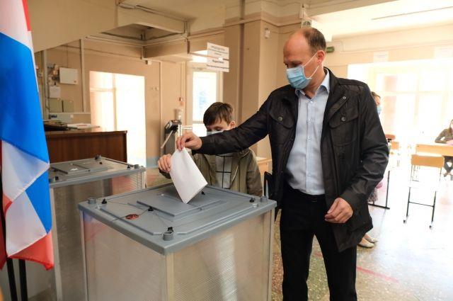 Он уже проголосовал на выборах губернатора.