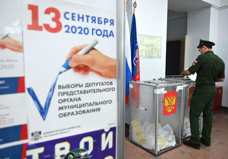Военнослужащий голосует на выборах губернатора Ростовской области на избирательном участке в Ростове-на-Дону.