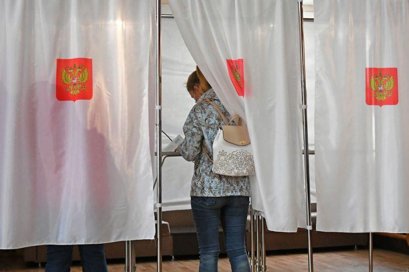 Люди участвуют в голосовании на выборах в местные органы власти в единый день голосования на избирательном участке №81 в сельском клубе поселка Усть-Мана Красноярского края.