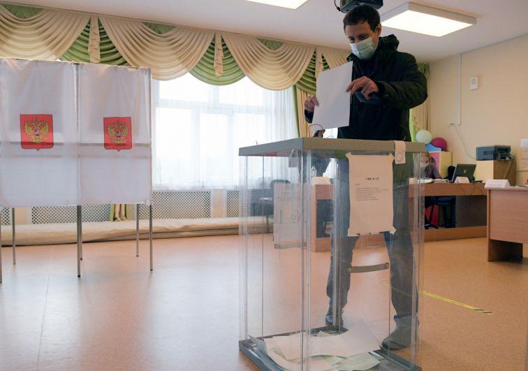 Мужчина опускает бюллетень вурну наизбирательном участке вовремя выборов губернатора Ленинградской области вМуниципальном образовании «Новодевяткинское сельское поселение».