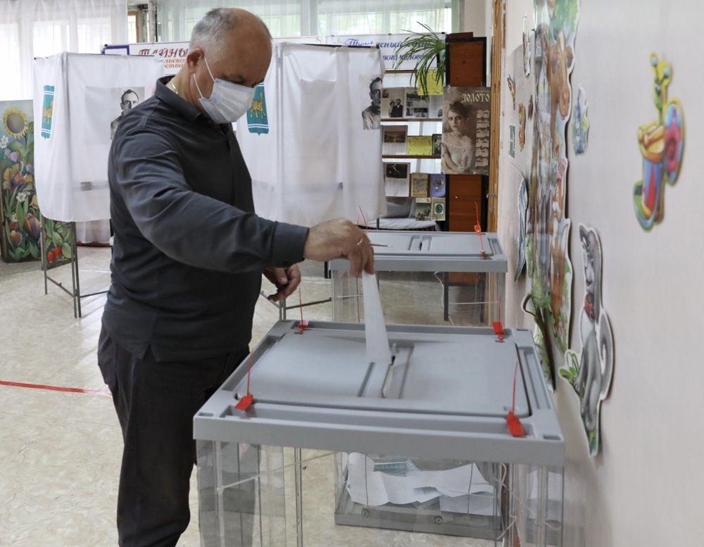 Избиратель во время выборов губернатора Еврейской автономной области.