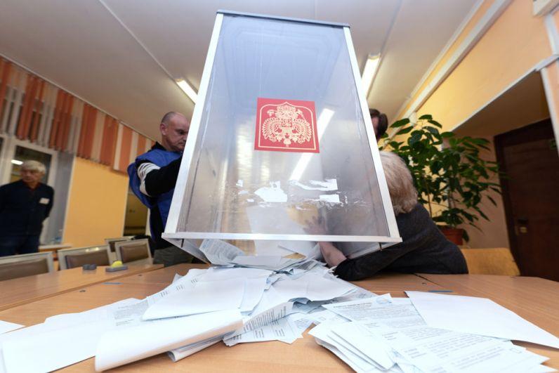 Выемка из урны для голосования заполненных избирательных бюллетеней после закрытия избирательного участка №51 в Петропавловске-Камчатском.