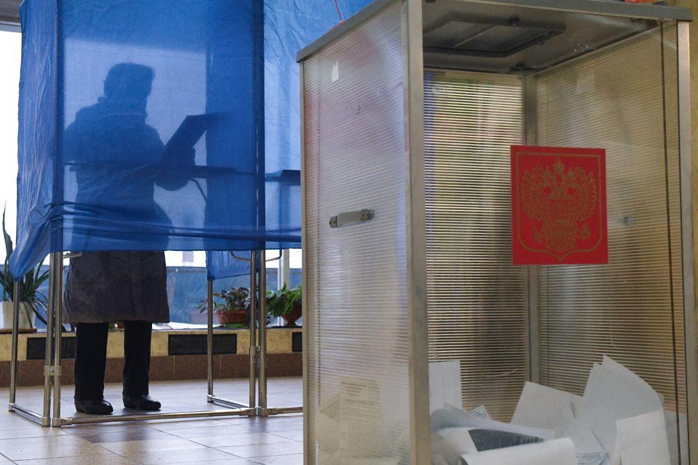 Женщина голосует на избирательном участке в Иркутске на выборах губернатора Иркутской области.