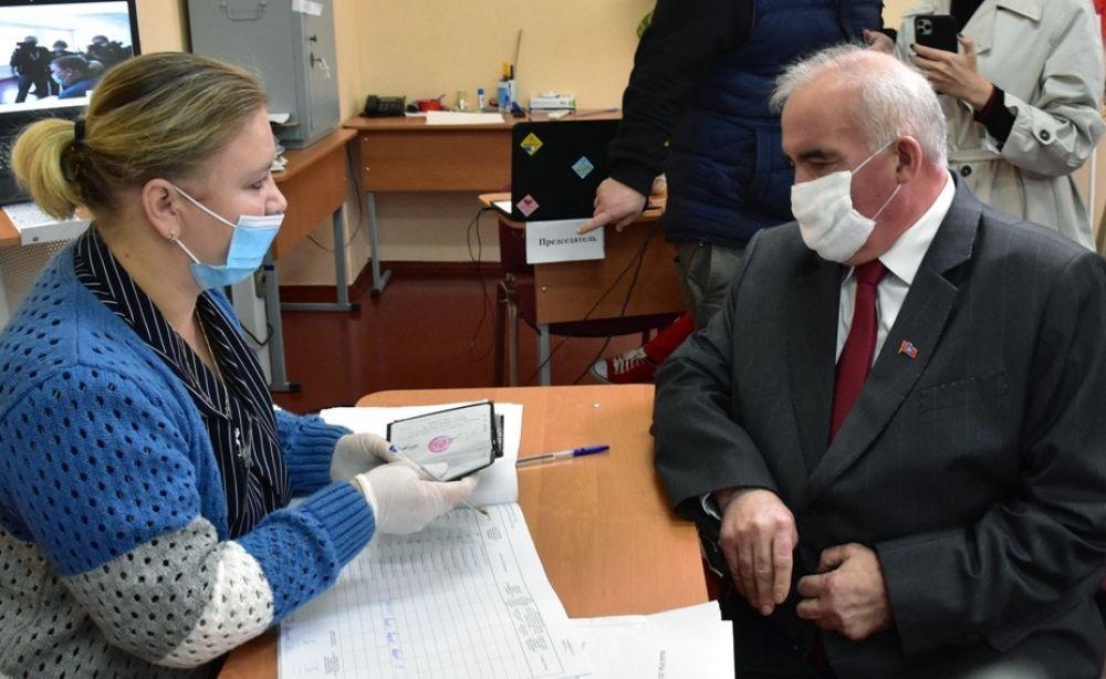 Действующий губернатор Костромской области Сергей Ситников на избирательном участке №255 в средней школе №5 в Костроме во время выборов губернатора.