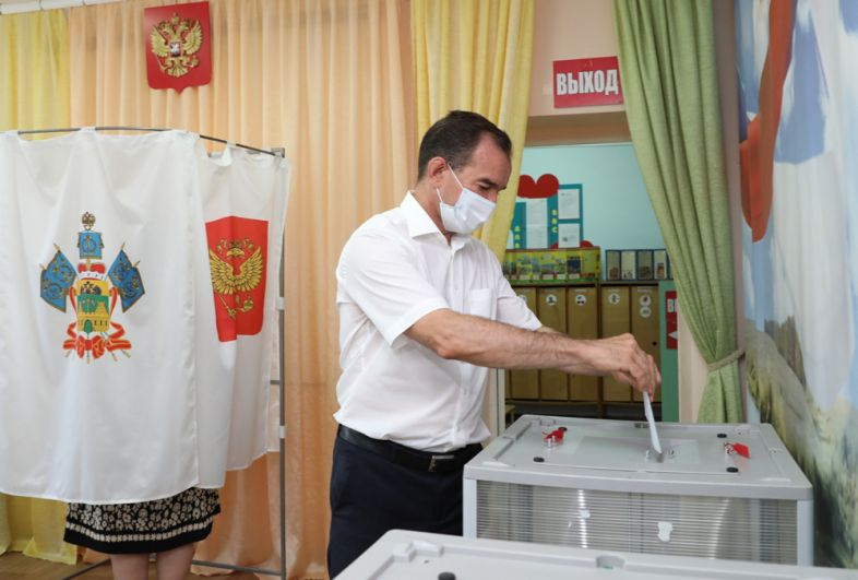 Губернатор Краснодарского края Вениамин Кондратьев во время голосования на выборах губернатора Краснодарского края на избирательном участке.