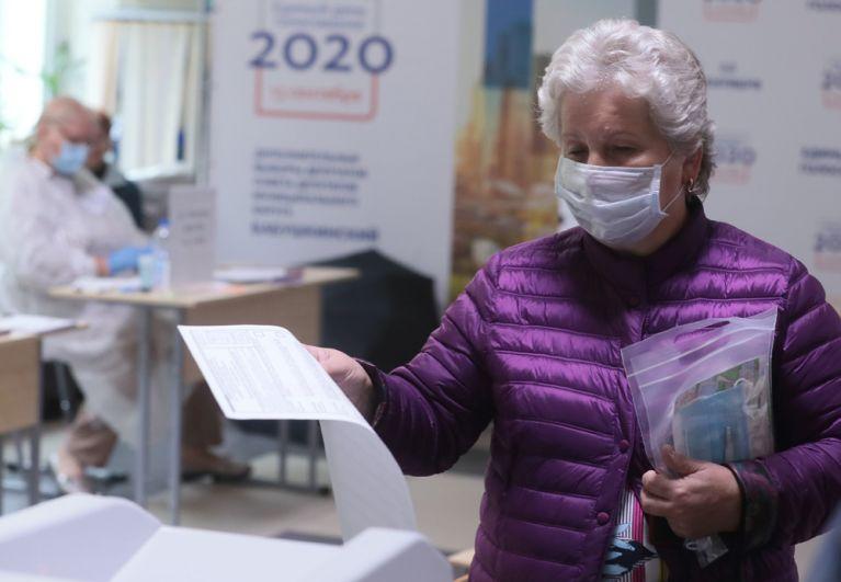 Женщина голосует на дополнительных выборах в Совет депутатов муниципального округа Бабушкинского района на избирательном участке №526 в Москве.