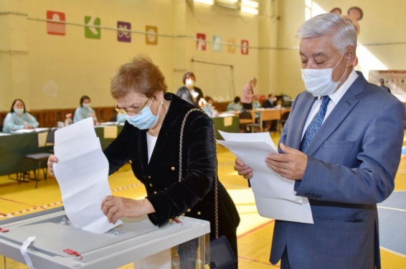 Председатель Государственного совета Татарстана Фарид Мухаметшин и его супруга выполнили свой гражданский долг в единый день голосования..