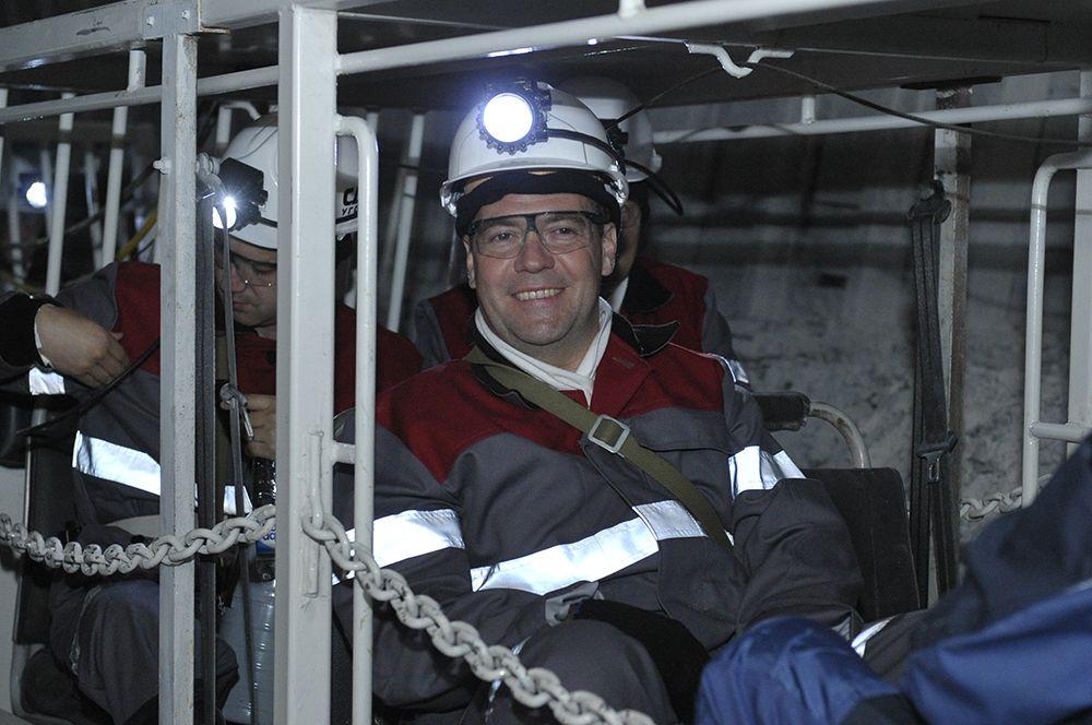 Председатель правительства России Дмитрий Медведев в шахтерской спецовке спускается под землю в угольной шахте «Листвяжная» на Кузбассе. 2012 год.