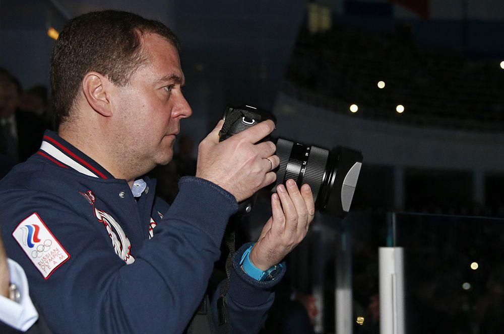 Председатель правительства России Дмитрий Медведев с фотоаппаратом во время ледового шоу в Сочи. 2015 год.