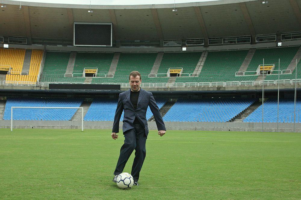 Президент России Дмитрий Медведев во время посещения стадиона «Маракана» в Рио-де-Жанейро. 2008 год.