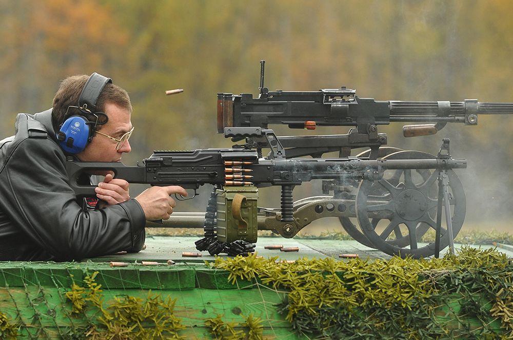 Дмитрий Медведев принимает участие в испытании стрелкового вооружения на полигоне в Подмосковье. 2012 год.