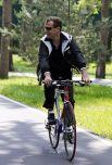 Президент РФ Дмитрий Медведев катается на велосипеде во время неформальной встречи с председателем правительства РФ Владимиром Путиным в подмосковной резиденции «Горки». 2011 год.