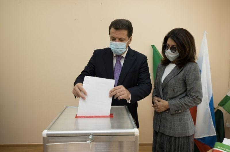 Мэр Казани Ильсур Метшин с супругой проголосовали в день предварительного голосования.