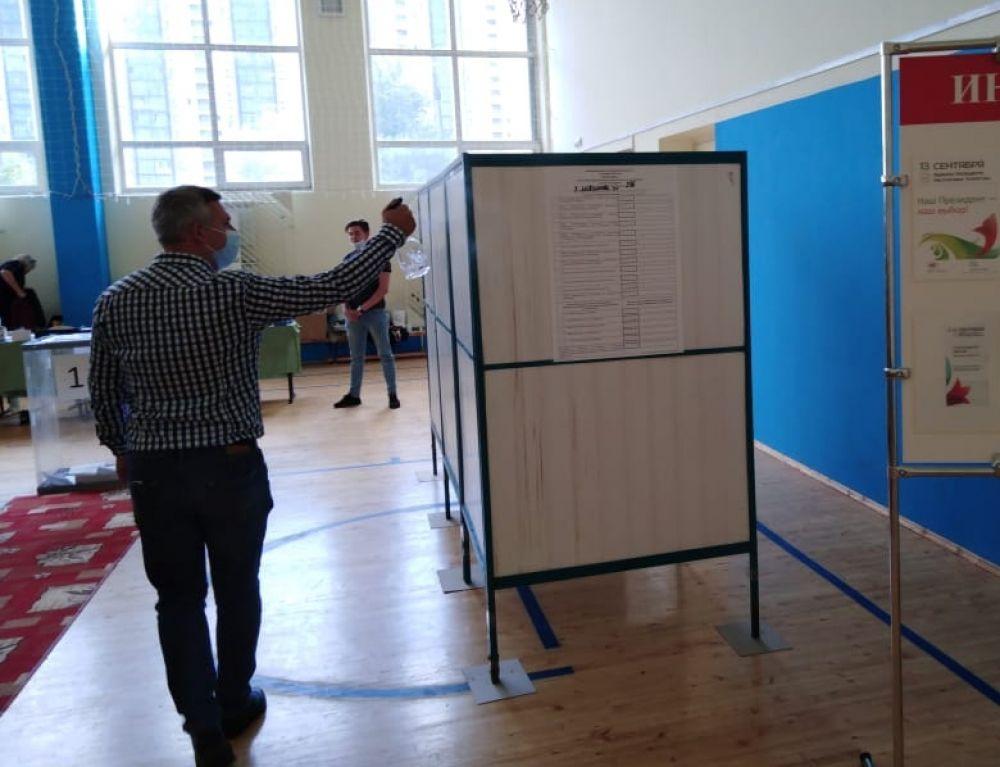 После каждого проголосовавшего кабинку обрабатывали антисептиком.