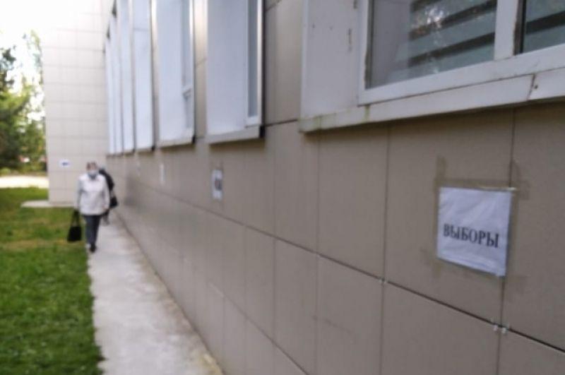 В Казани на один из участков в Приволжском районе избирателей запускали со служебного входа - чтобы соблюдать социальную дистанцию.