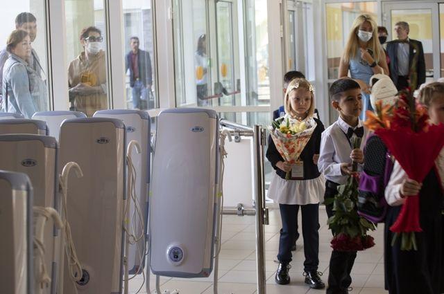 Дозаторы дезинфицирующих средств в вестибюле - теперь привычная картина в любой школе.
