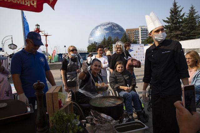 Кулинарный баттл на набережной Музея Мирового океана собрал множество зрителей.