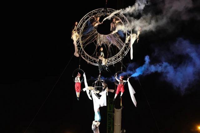 Формат Open air позволил органично соединить видеотрансляции с живыми выступлениями театральных коллективов.