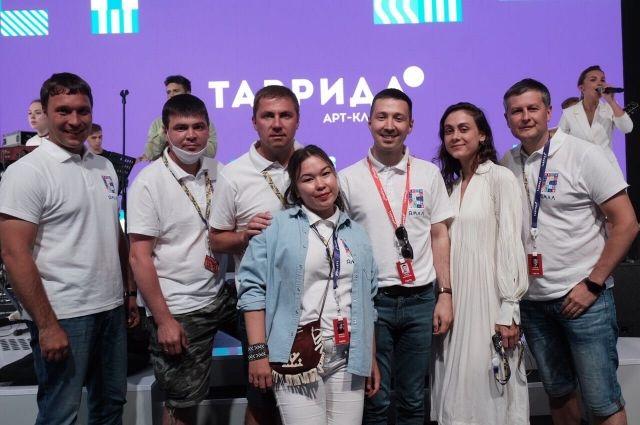 Анастасия Прудаева (вторая справа)