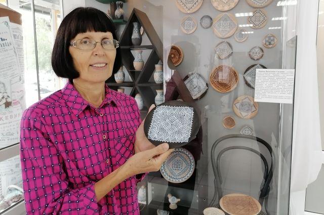 Марина Сылкина первой придумала переносить настоящий узор паутинок на глиняные изделия.