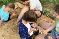 Слепоглухие дети познают мир при помощи любящих родителей и талантливых педагогов.