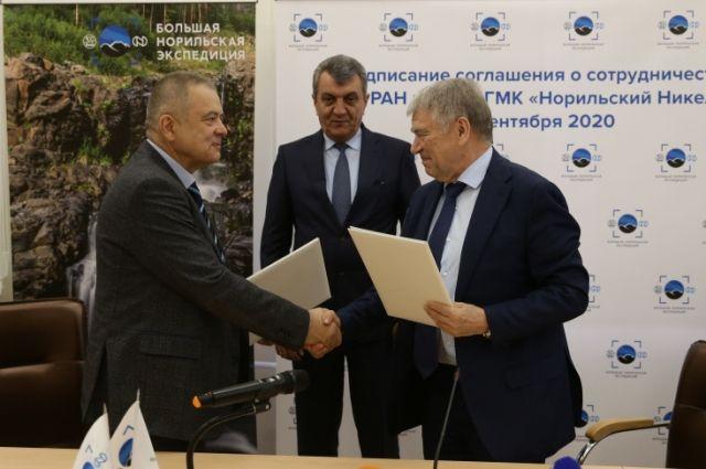 Свои подписи под документом оставили Андрей Грачев и Валентин Пармон.