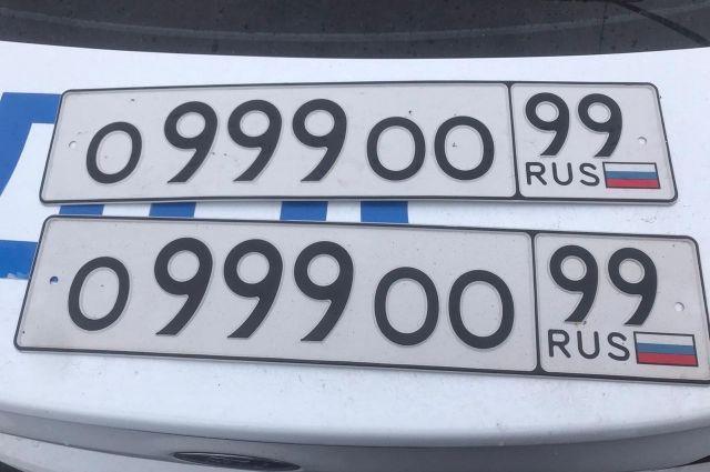 Водитель «Мерседеса» в Тюмени нарушал ПДД и менял номера автомобиля