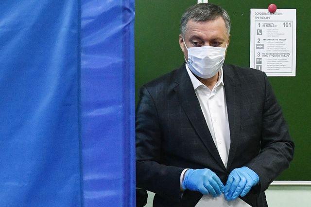 Игорь Кобзев во время голосования на выборах губернатора на избирательном участке в школе №76 в Иркутске.