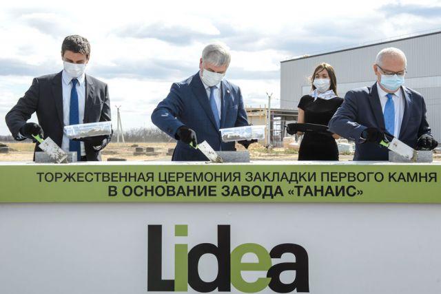 Губернатор Александр Гусев, а также руководители компании Lidea Пьер Фли и Патрис Сервер заложили первые кирпичи в основание завода.