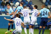 Пока за «Нижний Новгород» забивают защитники Сергей Зуйков и Кирилл Гоцук.