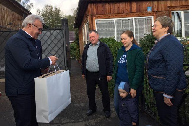 Губернатор вручил подарок победителям конкурса на лучшую усадьбу.