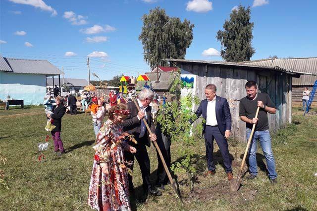 В день открытия площадки местные жители деревни Юрихи посадили деревья.