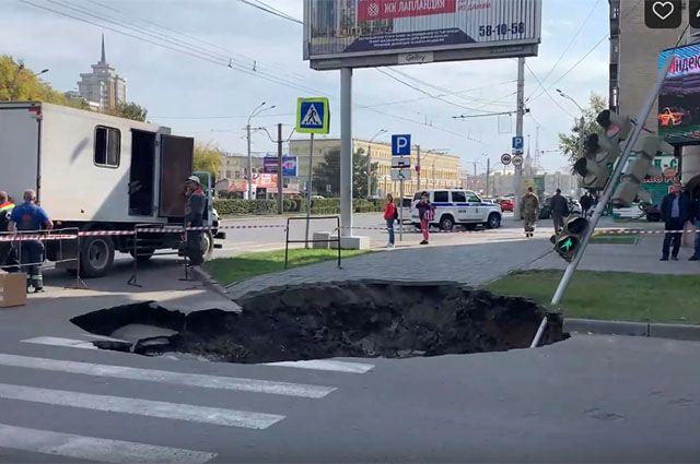 Провал асфальта на улице Профинтерна