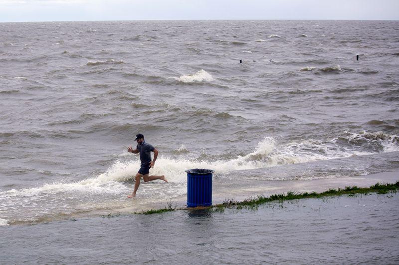 Мужчина у озера Пончартрейн на юго-востоке Луизианы.
