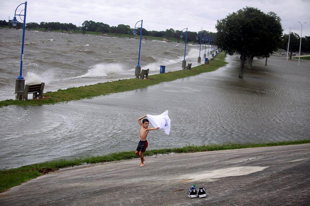 Мальчик у озера Пончартрейн в Новом Орлеане, штат Луизиана.
