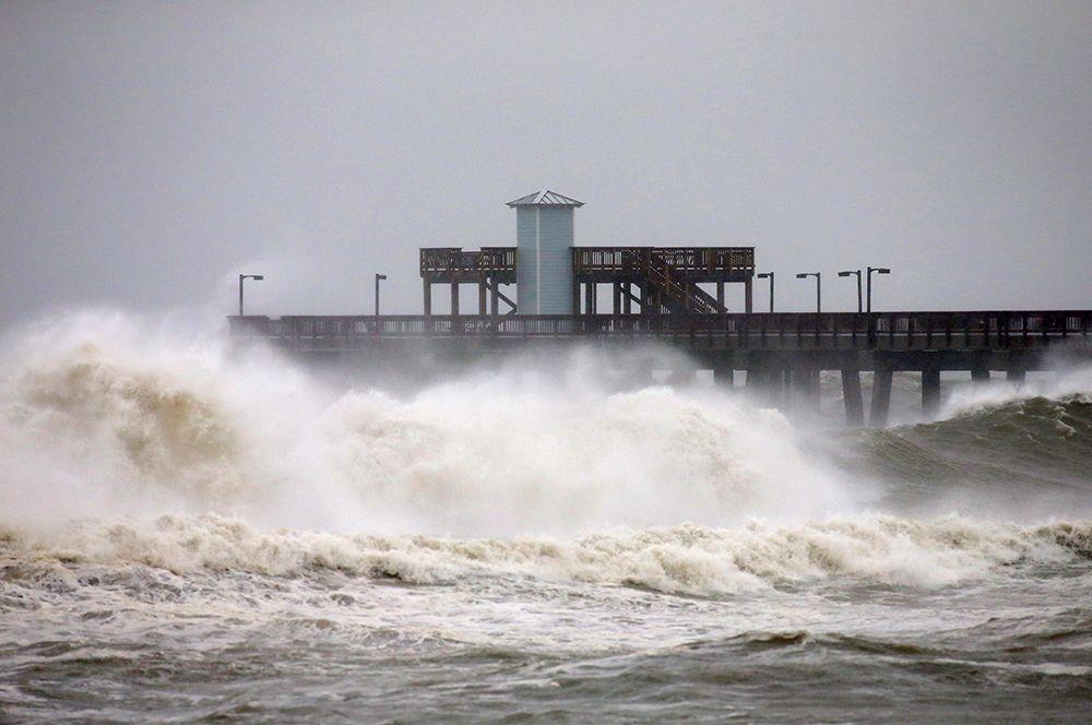 Приближение шторма к городу Галф Шорс в штате Алабама.