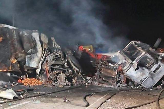 В Николаевской области произошло ДТП: загорелось два грузовика.