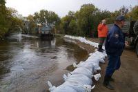 Уровень воды в реке Ушаковке достиг отметки в 210-220 сантиметров, при критическом уровне в 240 сантиметров.