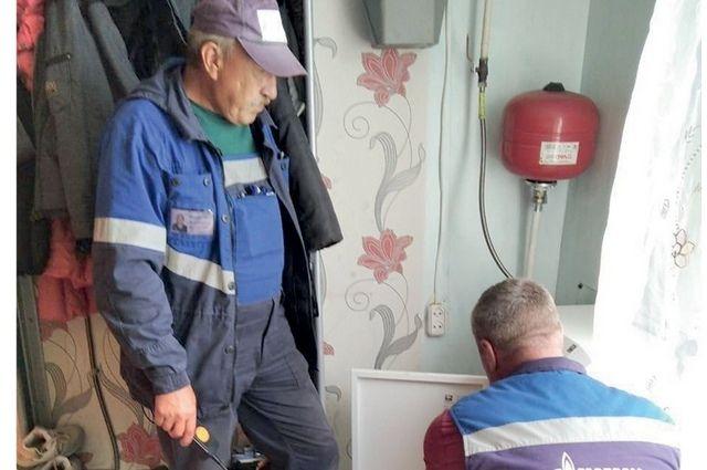Представители газовой службы и сотрудники комплексного центра района обходят дома местных жителей, чтобы выяснить, кому требуется замена газового оборудования.