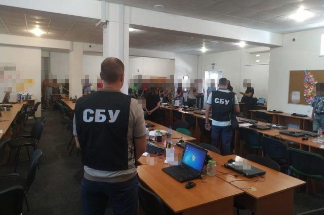 СБУ разоблачила мошенников, похищавших деньги с банковских счетов украинцев