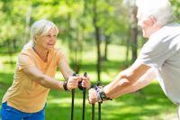 Ходьба, в том числе скандинавская, – вид физической активности, подходящий для людей в почтенном возрасте.
