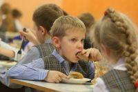 Сейчас в образовательные учреждения еду привозят поставщики.