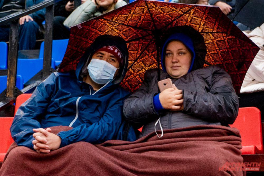 Зрителям дожди не помешали придти и поболеть за любимую команду.