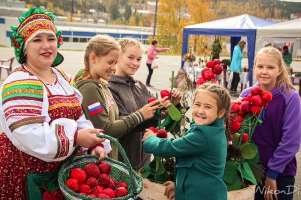 По традиции публику развлекала Девочка-Брусничка.