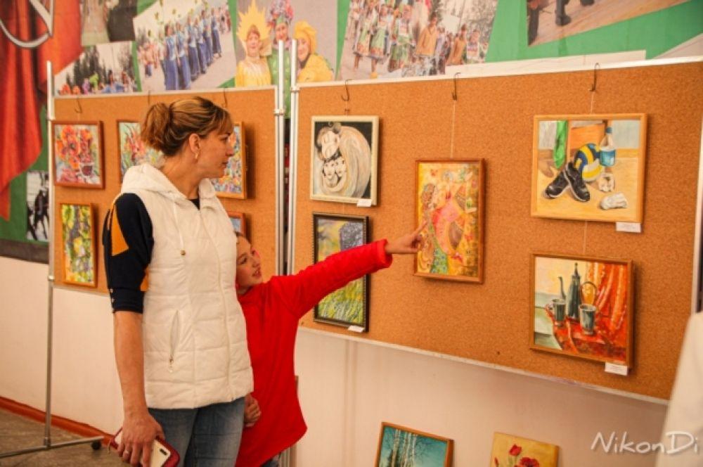 В большом и малом фойе РДК «Металлург» можно было посмотреть картины художников-североенисейцев.