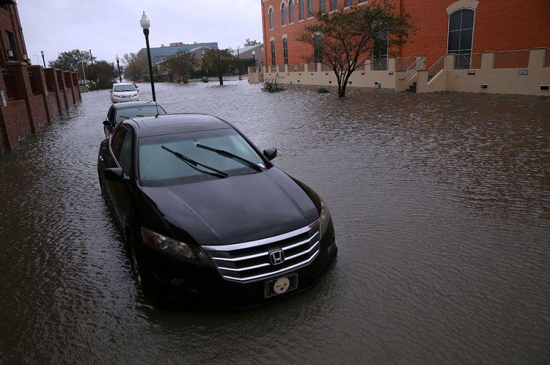 Затопленные улицы в Пенсаколе, Флорида.