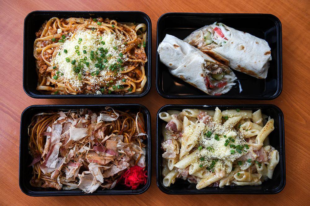 Блюда на борту готовят шеф-повара компании, их стоимость составляет от 3 до 5 долларов.