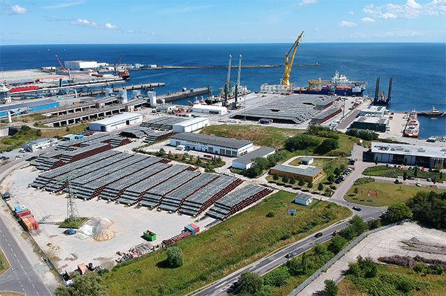 Российское краново-монтажное трубоукладочное судно (КМТУС) «Академик Черский» в немецком порту Мукран на острове Рюген. Порт Мукран является логистическим центром «Северного потока-2», где хранятся трубы для строительства газопровода.